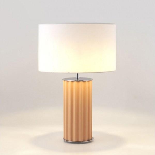 lámpara de mesa Sónica de Aromas del campo, con pie de cerámica en color melocotón.