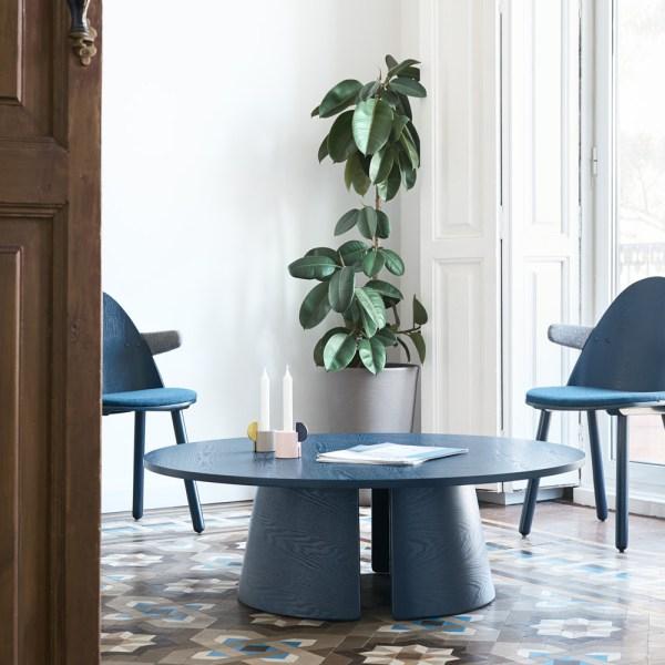 mesa de centro de madera tintada en azul
