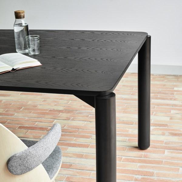 mesa de comedor de fresno tintando en color negro