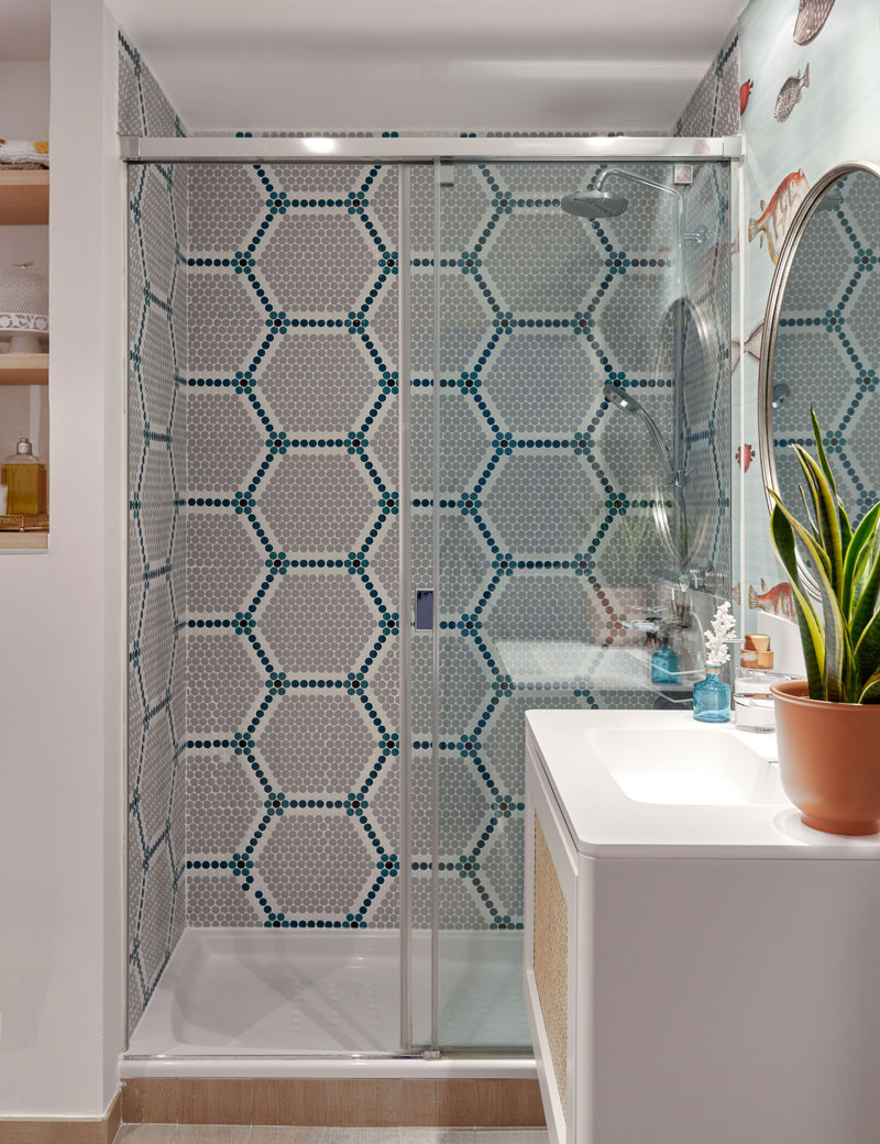 ducha con mosaico en un baño empapeladp