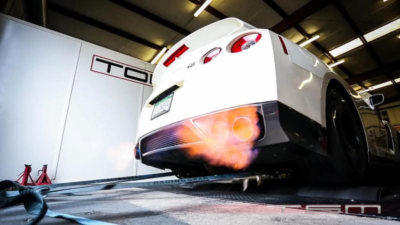 DLEDMV_Nissan_GTR_vs_McLarenP1_004