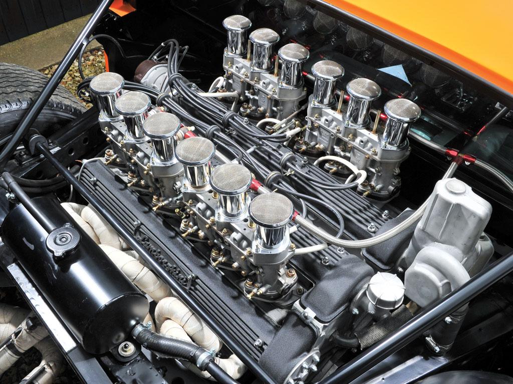 Parlons moteurs... Le légende passe aussi par eux. 190