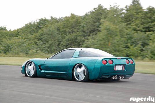 DLEDMV Corvette C5 de 2001 - Stance, paillettes et jantes en 18 05