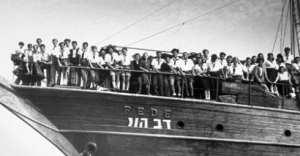 Židovští uprchlíci na palubě lidi Dov Hoy v přístavu Haifa, květen 1946
