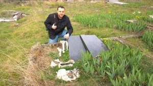 Znesvěcený srbský hrob na Kosovu s položenými zvířecími kostmi