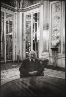André Kertész dans l'anti-chambre du ministre, 1982 © Gilles Walusinski