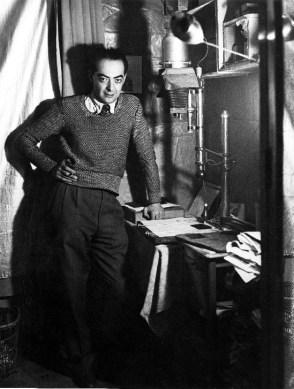 """Brassaï : autoportrait dans son """"laboratoire"""" à l'Hôtel des Terrasses, Paris, 1931"""