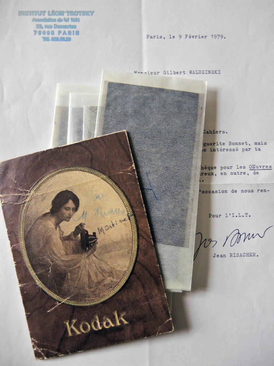La lettre de Jean Risacher à Gilbert Walusinski, datée du 9 février 1979, et une pochette contenant les négatifs des photos de Trotsky au Mexique.