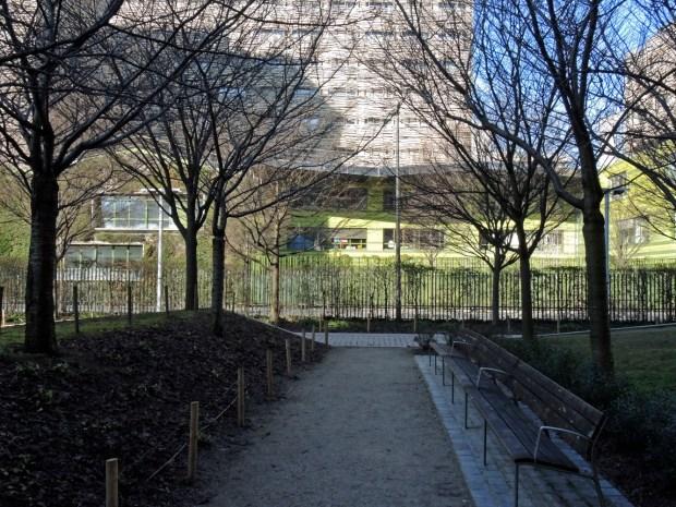 Porte de Clichy: bâtiment vert en terre cuite de Philéas © Gilles Walusinski