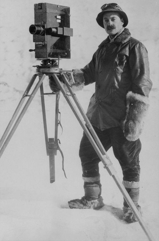 Autoportrait du photographe Herbert George Ponting durant l'expédition antarctique Terra Nova. Janvier 1912. Bibliothèque Nationale de Nouvelle-Zélande, Wellington