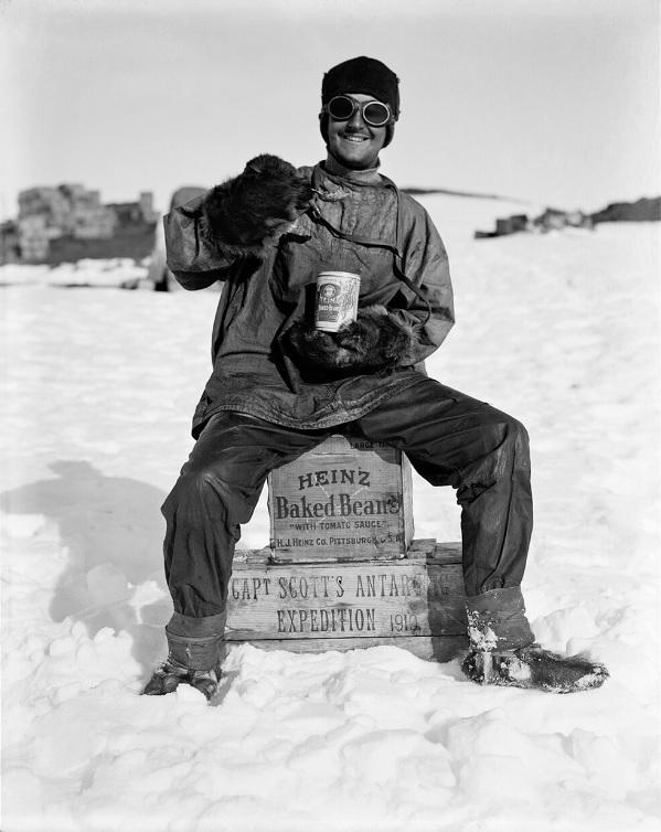 Photo Herbert Ponting (1911) - Un membre de l'expédition Scott avec une conserve de fayots Heinz. Nouvelle photo présentant un placement de produit lors de l'expédition Terra Nova