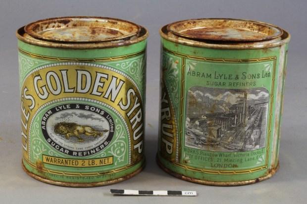 Boîtes de Golden Syrup rouillées, récupérées dans les provisions laissées en Antarctique par l'expédition Terra Nova de Robert Falcon Scott en cours de traitement pour conservation.