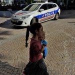 10 août 2016 – Marta (6ans) devant une voiture de police venue les chasser de la place Jean-Jaurès. Photo: Gilles Walusinski