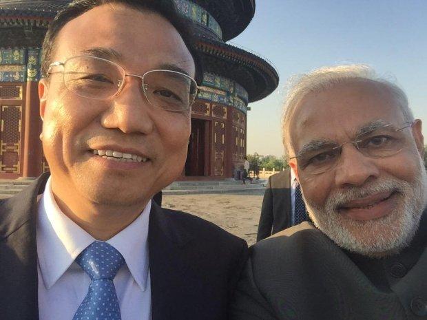 """""""Le selfie le plus puissant de l'Histoire"""": Li Keqiang, Premier ministre de la République populaire de Chine, et  Narendra Modi, Premier ministre d'Inde"""