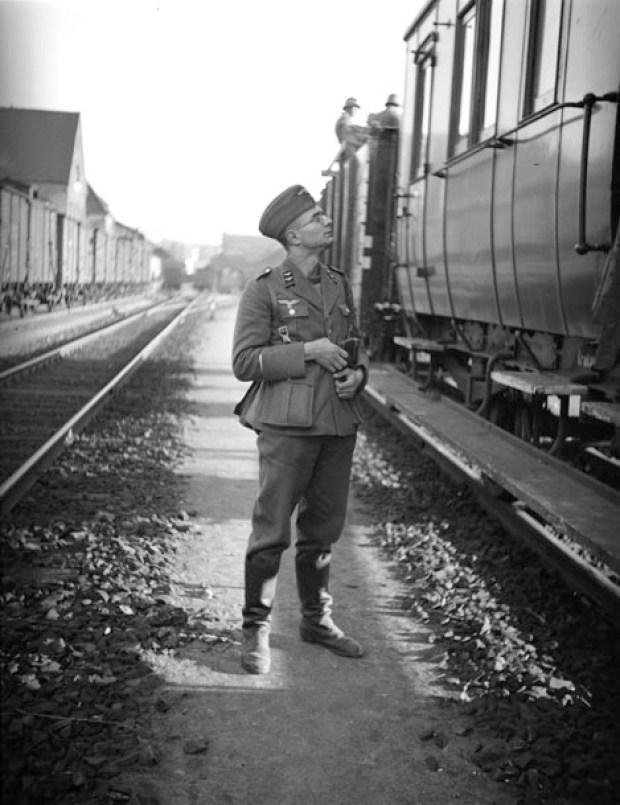 Egon Pfende photographié par un camarade  sur le quai de la gare de Wiesbaden le 17 mai 1940, avant son départ pour la guerre