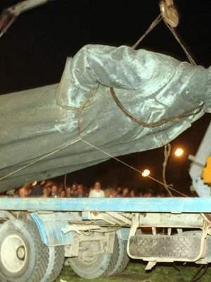La statue de Felix Dzerjinski, fondateur de la Tcheka, abattue en 1991. Mais replacée depuis dans sa ville natale (source: orthodoxie.com)