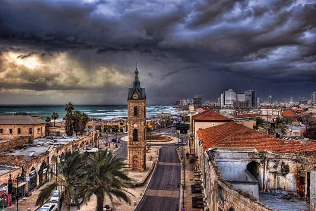 Jaffa, où vit l'enquêteur Émile Markus, avec en fond les immeubles de Tel-Aviv. Fond d'écran de Shlomo Sand..