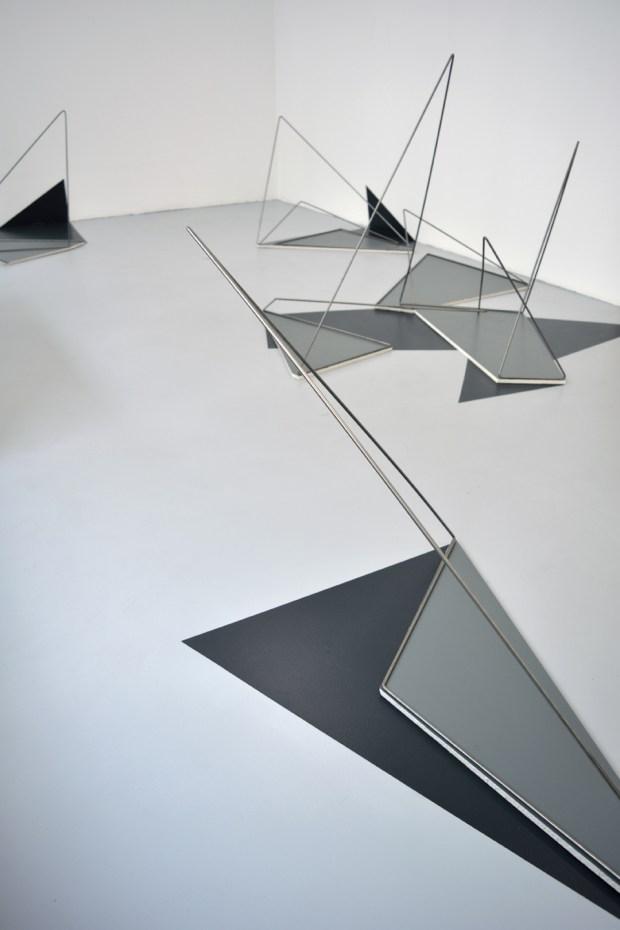 Lucie Le Bouder, Arase, 2016, installation in situ, acier, peinture, plaques de plâtre. Courtesy Galerie 22,48m2