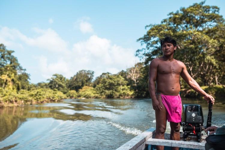 Índio panamenho guiando nosso barco. Os barcos tinham motor elétrico, o que nos ajudou a chegar lá mais rapidamente.