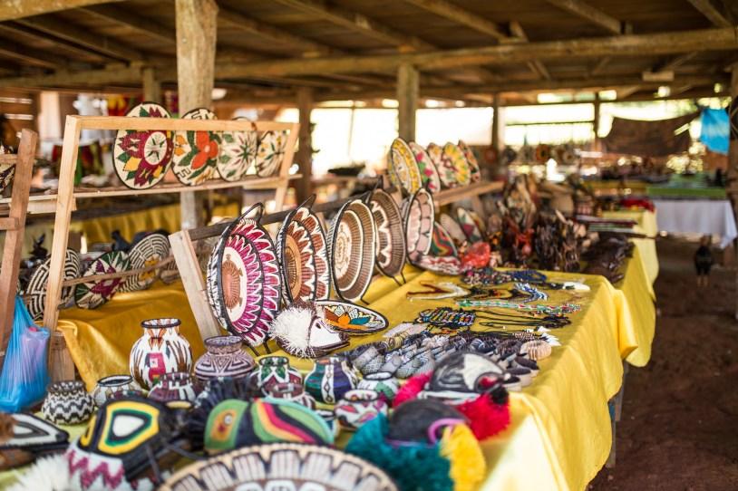 Mercadinho de artesanato. Cada família tinha a sua mesa para vender os seus produtos.