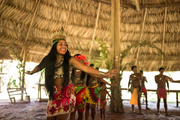 As meninas representavam o voo de um pássaro em uma de suas danças apresentadas.