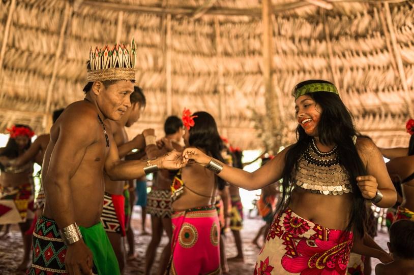 Casal indígena em sintonia durante a dança em que todos puderam participar, inclusive eu!