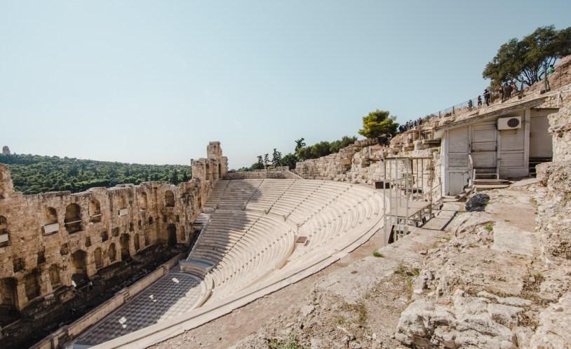 Anfiteatro grego dentro da Acropole de Atenas, Grecia. Por Delicia de Blog.
