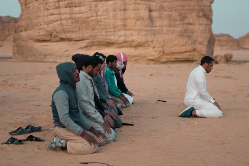 homens-rezando-deserto-arabia-saudita