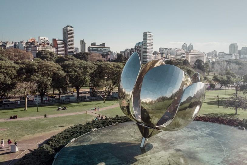 Escultura Floralis Generica, em Buenos Aires, vista de drone
