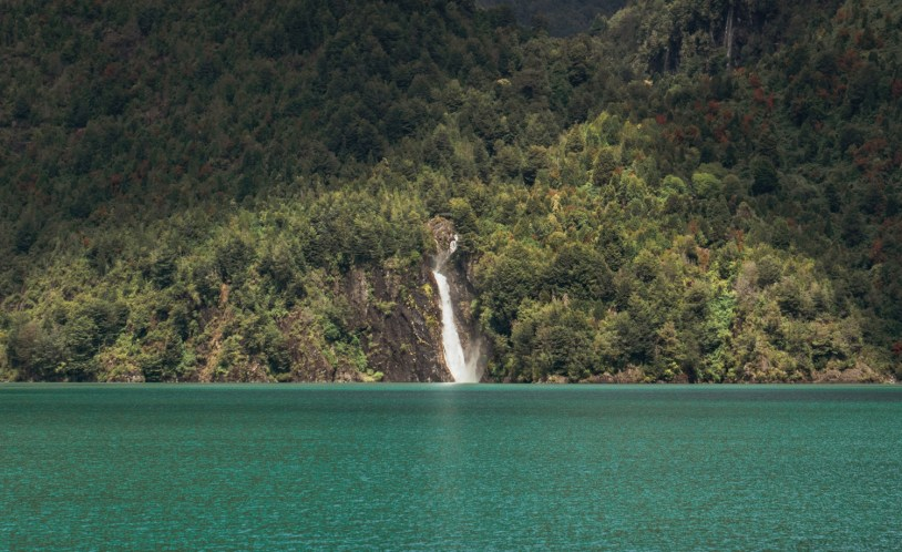 Cachoeira no lago Tagua Tagua, na região dos Lagos do Chile
