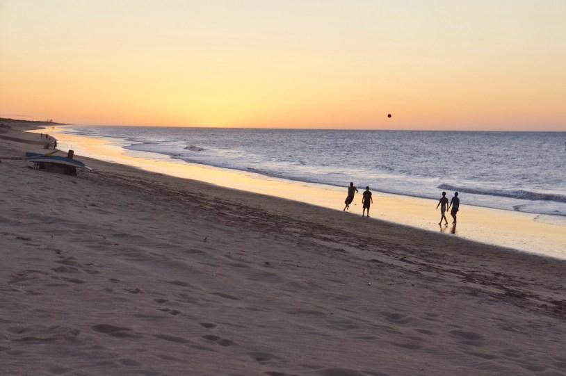 Pôr do sol em Gostoso, onde as praias têm larga faixa de areia
