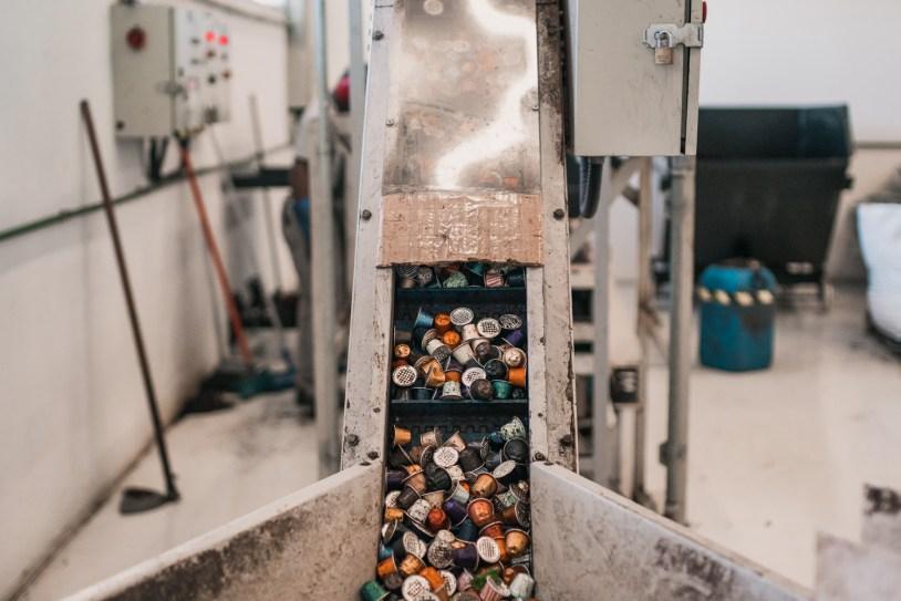 Maquina conduz capsulas de cafe pra reciclagem