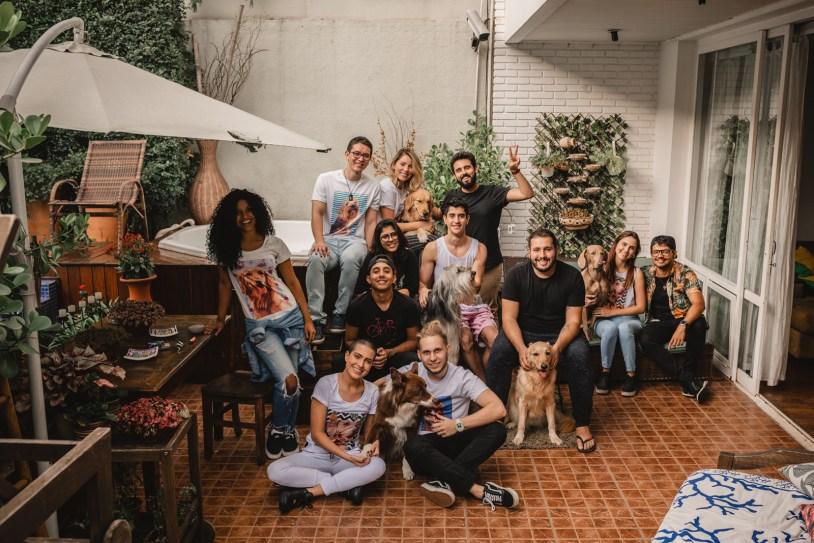 Equipe da PAM Store, que produz camisetas, canecas e capinhas de celular personalizados com pets