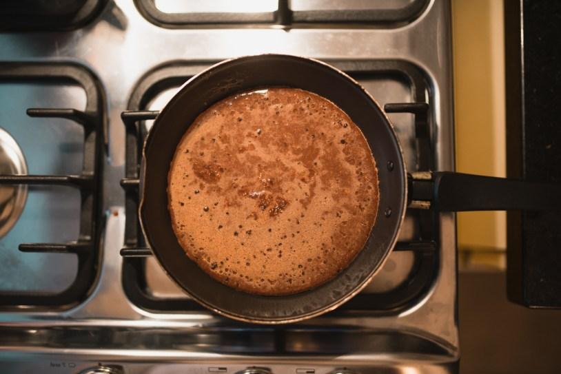 Panqueca de chocolate pronta na frigideira, sobre o fogão