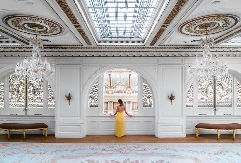 Raira Venturieri de vestido amarelo em salao do Palace Hotel, em San Francisco