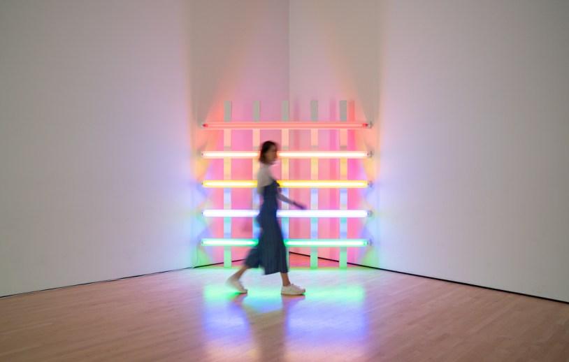 Raíra Venturieri e instaçao de luzes coloridas no Museu de Arte Moderna de San Francisco