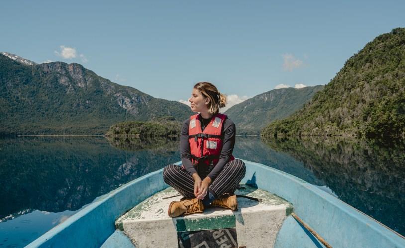 Raira Venturieri em lancha no Lago Azul, em Llanada Grande, na região dos lagos do Chile