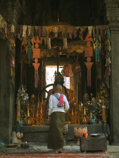Prier au temple d'Angkor Cambodge - Siem Reap Délicieuse vie