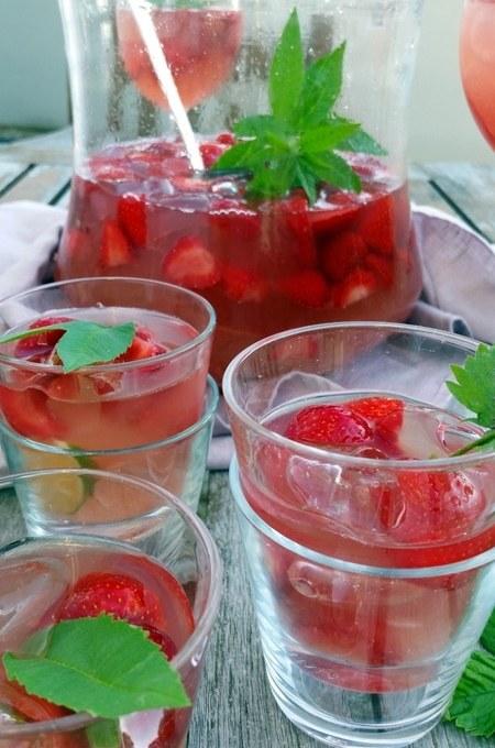 Rhabarber- Erdbeer- Bowle mit Zitronen- Verbene