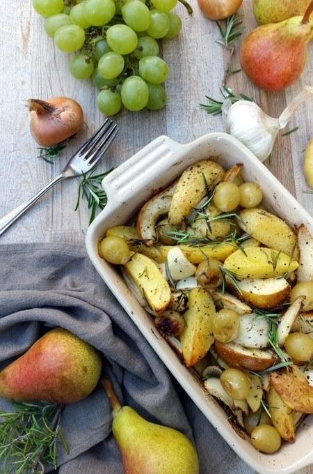 Herbstlich- Kartoffeln aus dem Ofen mit Birnen, Trauben & Rosmarin