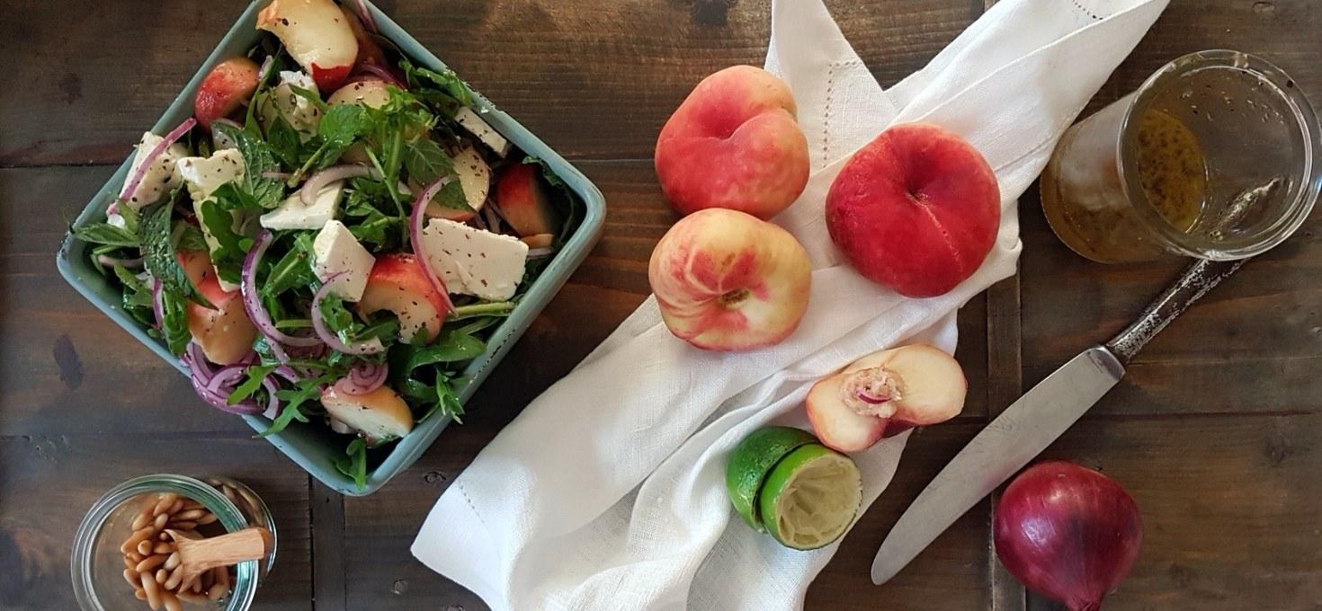 Rucola- Salat mit Weinbergpfirsiche und Schafskäse