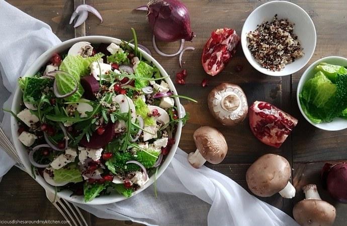 Winterlicher Wirsing- Rucola- Salat mit Rote Bete, Granatapfelkerne und Quinoa