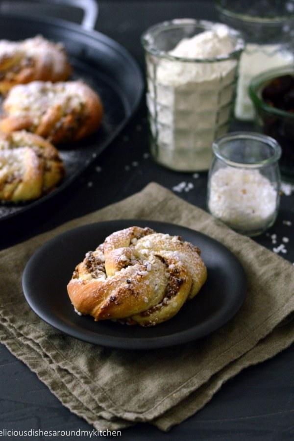 Frisch aus dem Ofen- Zimt- Hefeknoten mit Dattel- Walnuss- Füllung