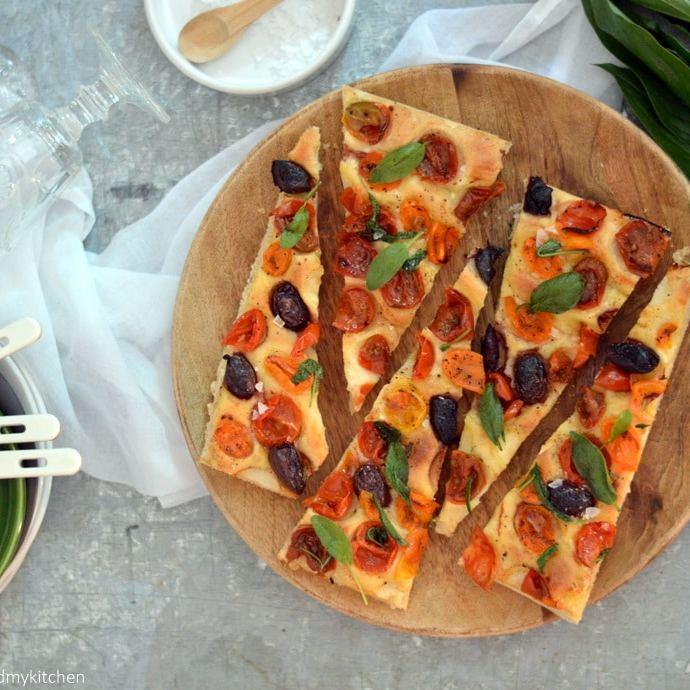 Sommerzeit- Tomaten- Oliven-Focaccia mit Salbei