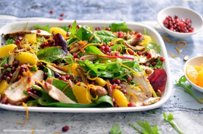 Blattsalat mit Datteln, Orangen, Mandel, Thymian, Granatapfel und Hähnchenbrustfilet