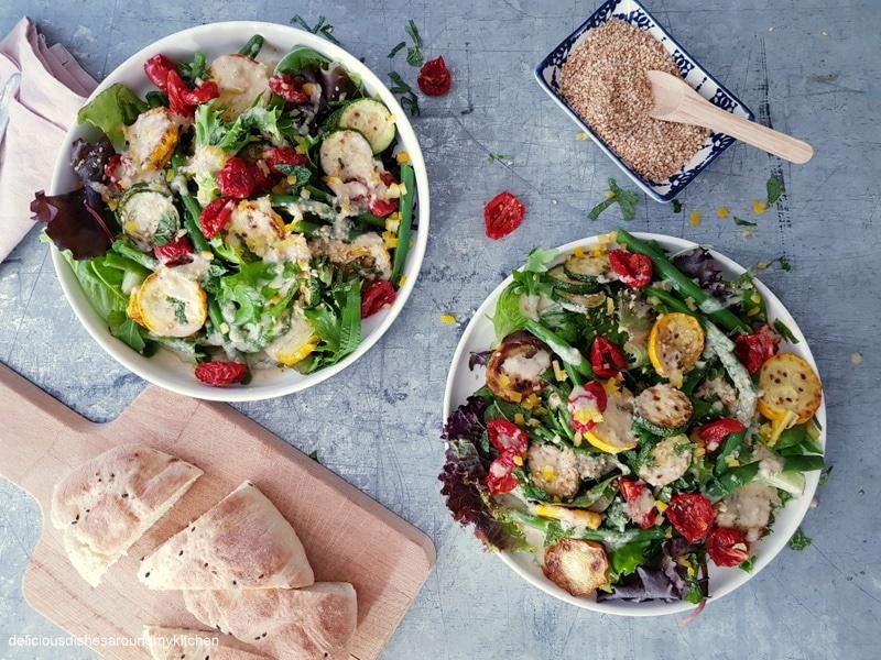 Sommerlicher Salat mit Gemüse- Tahini- Dressing und dazu Gomasio (Sesamsalz)