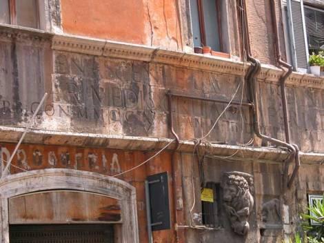 Resti romani- via portico di Ottavia