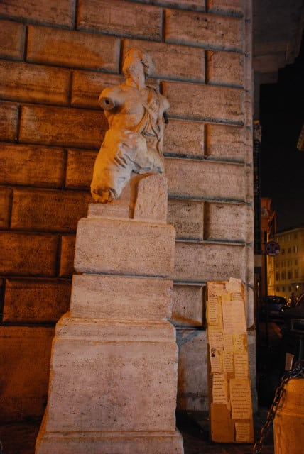 Visit Rome_night - Pasquino statue_01