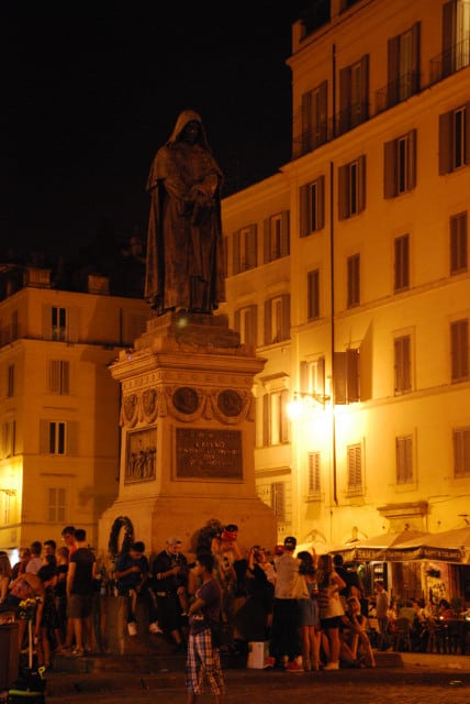 Night walk in Rome - Campo dei fiori_Roman movida under Giordano Bruno statue_01