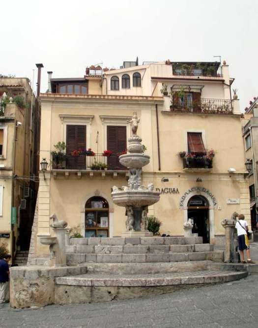 Taormina in one day - fontana minotauro